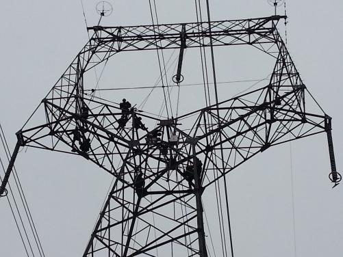 公司总经理深入第一线督促检查落实施工方案 500kV普洪一线铁塔改造工程胜利完成