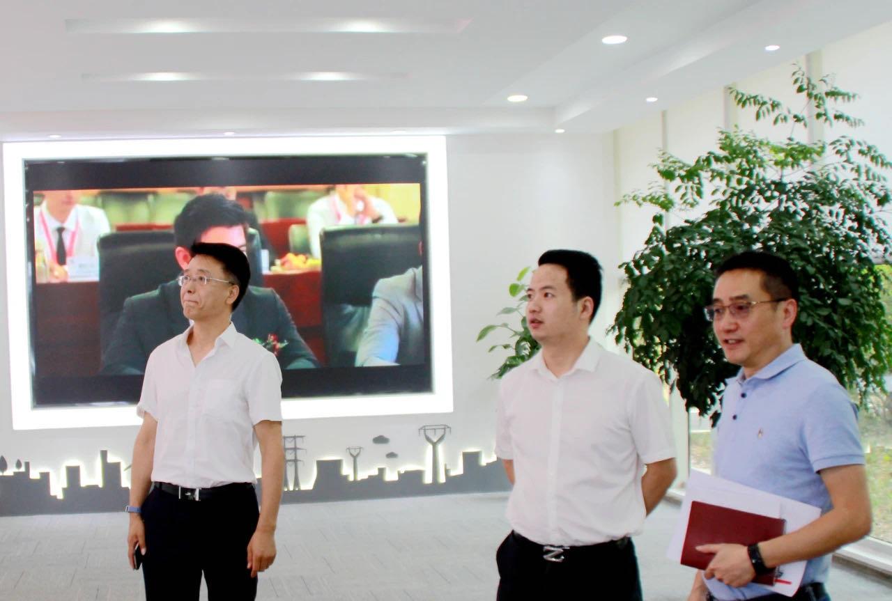 青羊区总工会副主席唐宁,府南街道人大工委主任、总工会主席刘庆一行到成蜀电力集团指导工会工作