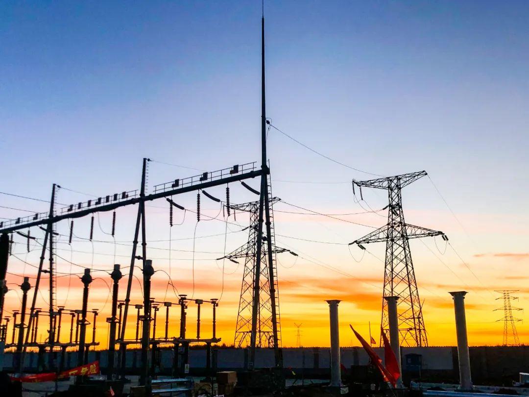 """华能高力板""""风光储""""一体化治沙100MW光伏发电项目升压站及集电线路一次带电成功"""
